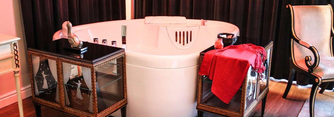Liukso numeris su didele (karalienės) lova bei sūkurine vonia ir balkonu - terasa