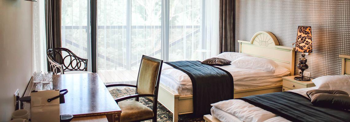 Ištaigingas dvivietis numeris su 2 dvigulėmis lovomis ir balkonu - terasa