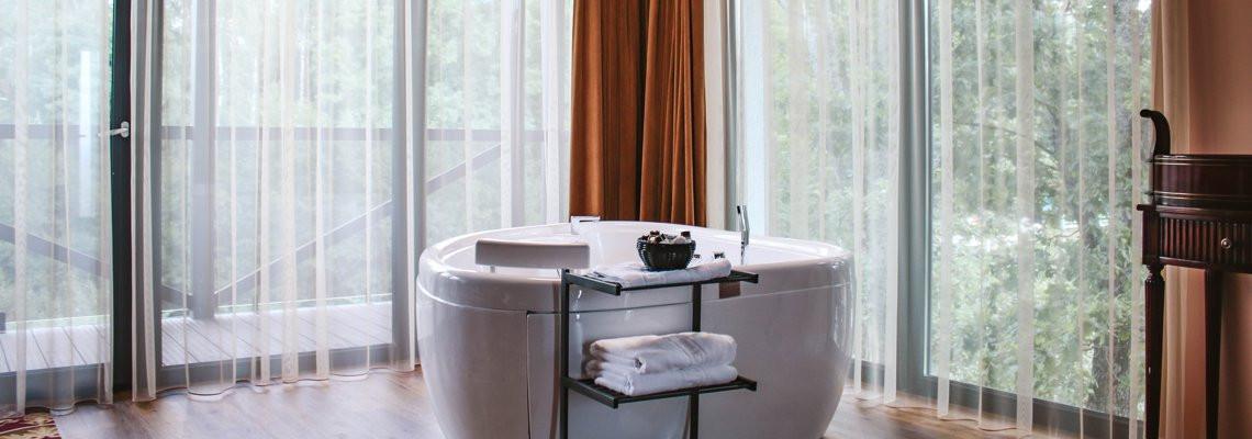Prabangus karaliaus liukso numeris su sūkurine vonia ir balkonu – terasa